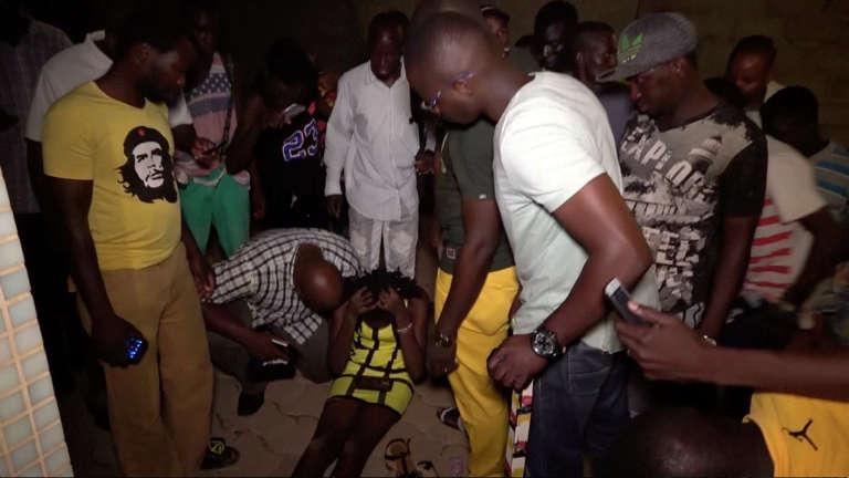 Une cliente blessée, à la suite de l'attaque du restaurant par des hommes armés, à Ouagadougou, le 13août.