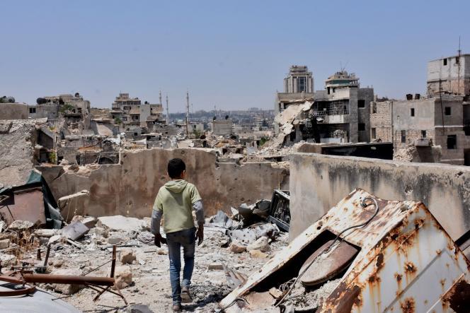 Un enfant marche dans les ruines d'Alep, le 22 juillet.