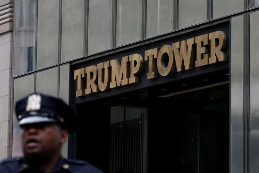 Un officier de police devant la Trump Tower, à New York, le 14 août.
