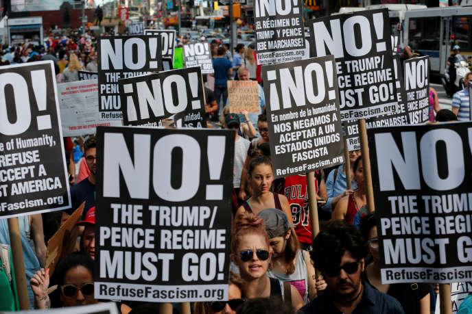 Manifestation à New York le 13 août contre le nationalisme blanc. « Le régime Trump/Pence doit partir», disent les pancartes.