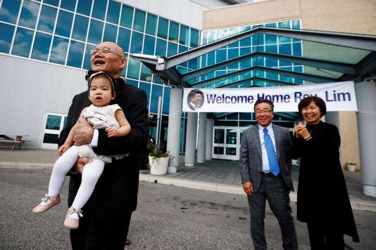 Le pasteur Hyeon Soo Lim tient dans ses bras sa petite-fille, à Mississauga, dans l'Ontario, le 13 août.