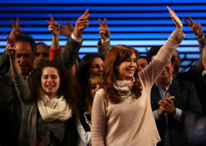 Cristina Kirchner, l'ex-présidente désormais candidate à un poste de sénatrice, salue ses partisans dans son QG, à Buenos Aires, le 14 août 2017.