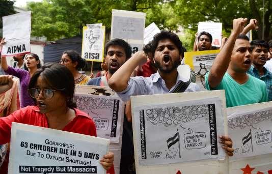 Manifestation à New Delhi pour dénoncer la mort de 64 enfants dans un hôpital, faute d'approvisonnement en oxygène, le 12 août.