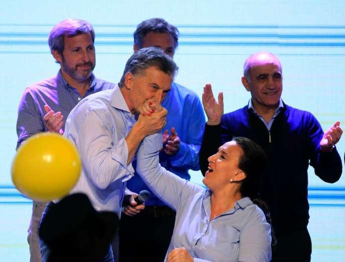 Le président Mauricio Macri fête la victoire aux primaires pour les législatives, accompagné par sa vice-présidente, Gabriela Michetti, à Buenos Aires, le 13 août 2017.