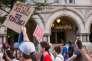 Des manifestants défilent devant l'hôtel Trump International à Washington, le 13 août en réponse aux violences de la veille à Charlottesville, en Virginie.