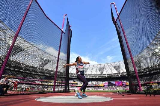 Mélina Robert-Michon s'apprête à lancer le disque, lors de Mondiaux d'athlétisme, à Londres, le 13 août.