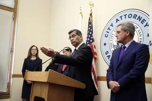 Le procureur de Californie, Xavier Becerra, et celui de la ville de San Francisco, Dennis Herrera (à droite), à San Francisco le 14 août.