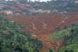Des équipes de secours sont rassemblées au sommet de la colline qui domine le quartier de Regent, dans la banlieue de Freetown.