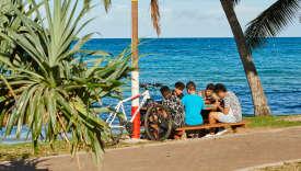 La plage de I'Anse Vata, à Nouméa est un des hauts lieux touristiques de la ville. A l'est, la longue plage est bordée par une allée piétonnière, la promenade Roger-Laroque, qui concentre de nombreux hôtels, restaurants, bars, boutiques et boîtes de nuit.