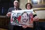 A Rome, le 3 avril 2017, les parents deGiulio Regeni tiennent un dessin représentant leur fils, torturé et tué en Egypte.