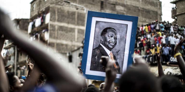Des partisans de Raila Odinga brandissent un portrait de leur leader, le 13août 2017, dans le quartier de Mathare, à Nairobi, au Kenya.