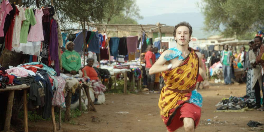 Pour reconstituer les derniers mois du voyage de son ami d'enfance, mort d'épuisement au Malawi, le cinéaste recourt au service d'acteurs (Joao Pedro Zappa et Caroline Abras, merveilleux) pour interpréter le personnage principal et sa petite amie, Cristina, qui l'a accompagné quelques semaines, et les lance sur les traces des protagonistes originels, dans un environnement géographique et humain qui demeure, lui, inchangé. Ce dispositif ménage une rencontre fertile entre la fiction et le documentaire.