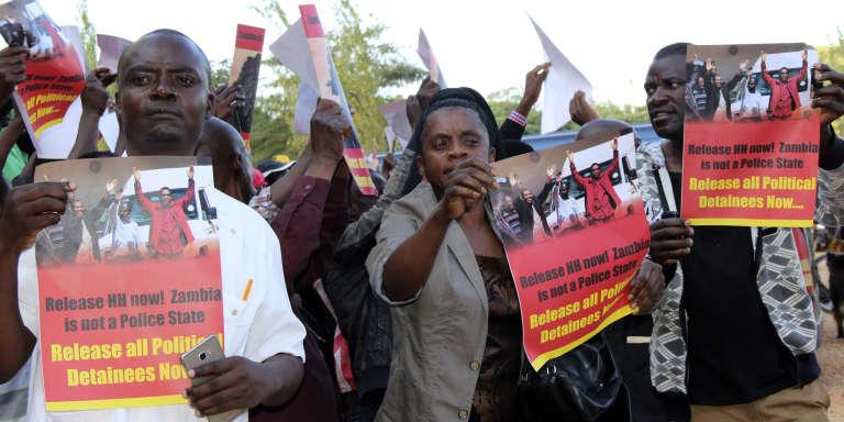 Des partisans de l'opposant zambienHakainde Hichilema demandent sa libération, le 26mai 2017, à Lusaka.
