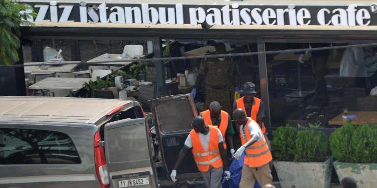 Le café-restaurant Aziz Istanbul, le 14août 2017, au lendemain de l'attentat qui a fait 18 morts à Ouagadougou, au Burkina Faso.