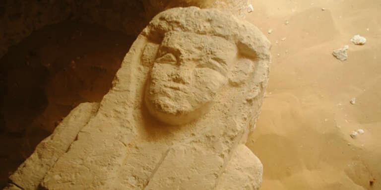 L'un des sarcophages découverts à Al-Kamin Al-Sahrawi, dans la province de Minya, en Egypte.