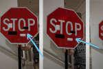 Il suffirait d'un simple autocollant sur un panneau de signalisation pour tromper les voitures autonomes et causer un accident.