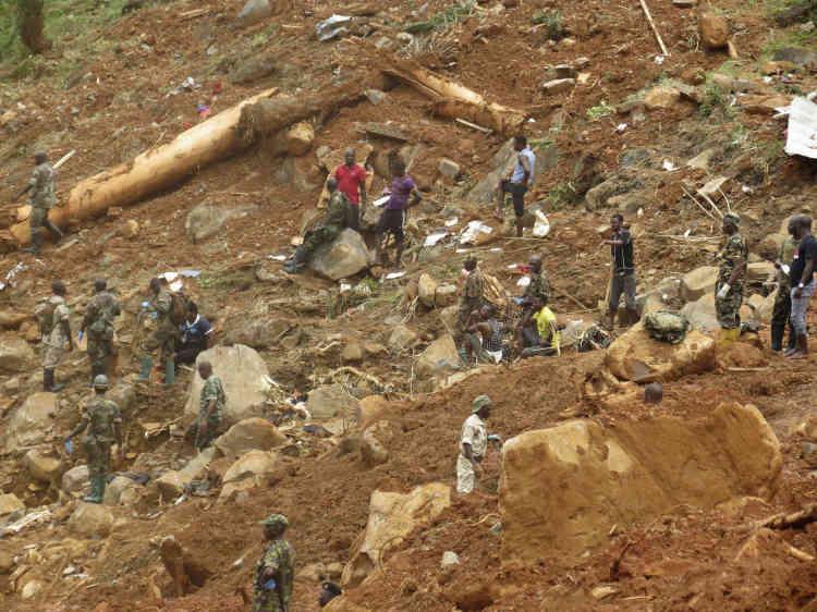 Les forces de sécurité sont à la recherche de corps à Regent.«Nous sommes débordés» par ce désastre, a déclaré mardi 15août le chef de l'Etat, Ernest Bai Koroma, lors d'une visite dans ce quartier de la capitale.