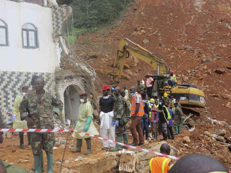 Des équipes de sauvetage recherchent des corps à Regent, un quartier de Freetown, le 15août. Plus de 600personnes sont portées disparues.
