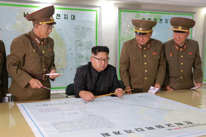 Les médias nord-coréens montrent Kim Jong-un examinant des projets de tirs de missiles visant les environs de l'île de Guam, le 13 août.