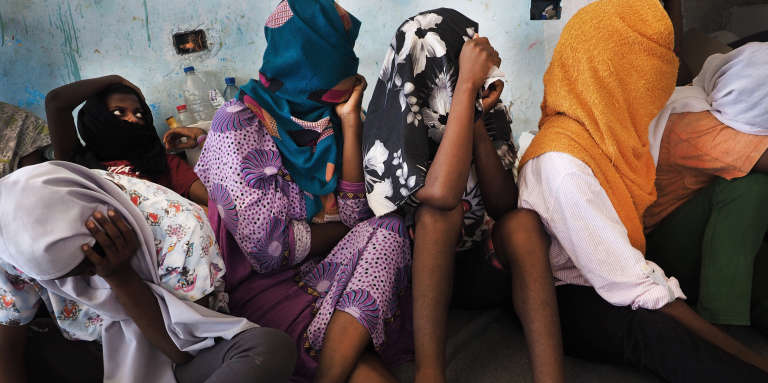 Dans le centre de détention pour migrantes de Sourman, près de Sabratha, le 20 juillet. Deux jours auparavant, un convoi de la police acheminant 80 femmes et 10 enfants depuis le centre mixte de Gharyan a été attaqué par une milice de passeurs de Zaouia. Tous ont été enlevés de force par les passeurs.