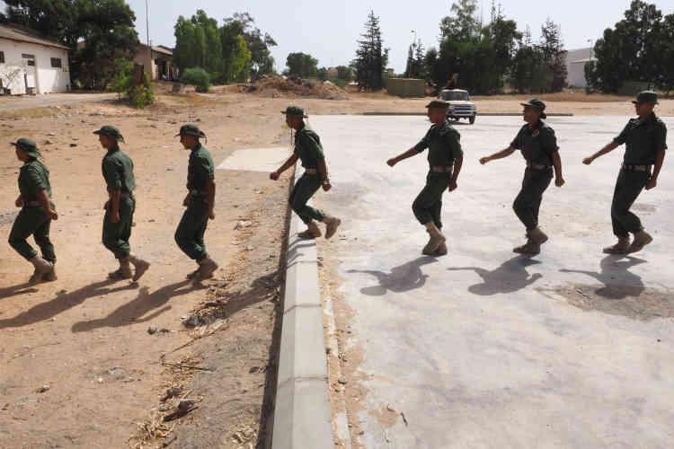 Entraînement de la garde présidentielle sous le commandement du général Najmi Al-Nakoua, à Tripoli. Cette garde compterait environ 3500hommes en formation.