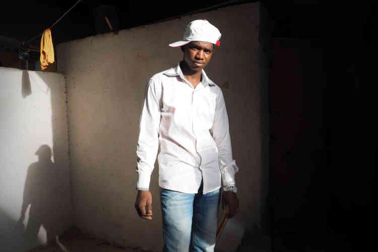 Ali, 20ans, est originaire de la région de N'Djamena. Il est arrivé en Libye il y a un an et travaille à Tripoli comme menuisier. Il a pour projet de rentrer au Tchad dans un an et de travailler comme éleveur de vaches dans la ferme familliale. Avant son retour, il aimerait réunir suffisamment d'argent pour pouvoir bâtir sa maison.