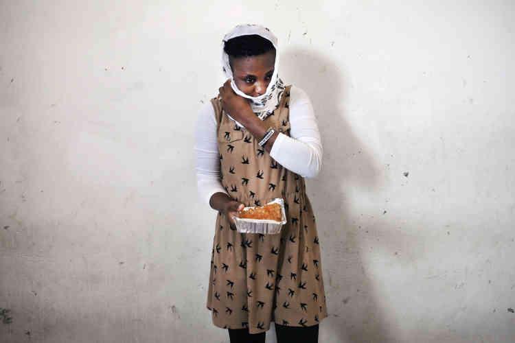 Tracy est nigériane, originaire d'Abuja, elle a 21ans. Elle est enfermée dans le centre de détention pour migrantes de Sourman depuis six mois. Elle a étéarrêtée par les gardes-côtes libyens alors qu'elle tentait la traversée pour l'Italie. Ce centre enferme 230personnes dont 27enfants.