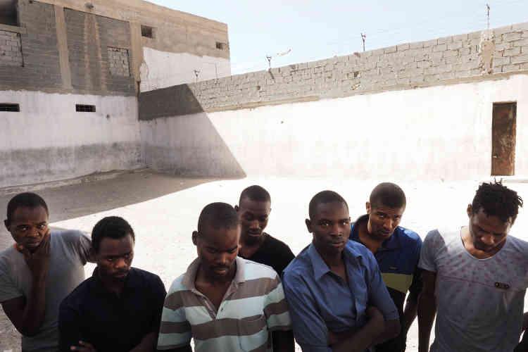 Dans le centre de détention pour migrants de Zaouia. Les hommes, originaires du Darfour, sont arrivés en Libye à des moments différents et espèrent tous être acceptés dans un pays d'accueil en tant que réfugiés, en Europe ou aux États-Unis. Ils sont enfermés ici depuis plus d'un mois.