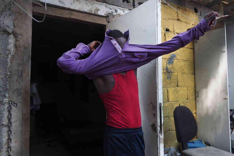 Dans le ghetto pour les collecteurs de déchets, à Tripoli. Ahmed Moussa, 23ans, rentre à peine de sa journée de travail. Il attend d'avoir suffisament d'argent pour rentrer dans son pays d'origine, le Niger.