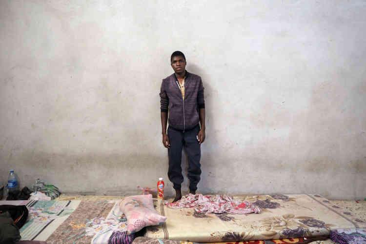 Dans le centre de détention pour migrants de Zaouia. Al-Hassan Diallo est un jeune homme de 18ans originiare de Guinée. Il est fatigué de son parcours en Libye et souhaite retourner dans son pays d'origine pour retrouver ses proches, au plus vite. Au moment de notre rencontre, il était enfermé à Zaouia depuis plus de quinze jours.