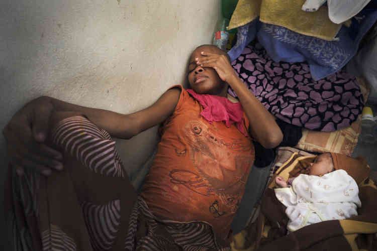 Dans le centre de détention pour migrantes de Sourman. Gift et Bright, son bébé de 2mois. La mère, d'origine nigériane, ne peut pas donner le sein car elle est malade, elle n'arrive pas à manger, tousse du sang et ses jambes, brûlantes, lui font mal. Cela dure depuis plus d'un mois. «Les médicaments ne font aucun effet, je suis obligée de donner de l'eau à mon bébé dans le biberon, mais l'eau n'est pas bonne, elle est salée.»