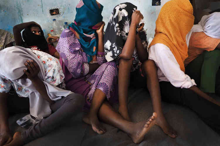 Dans le centre de détention pour migrantes de Sourman, le 20juillet 2017. Deux jours auparavant, un convoi de la police qui acheminait 80femmes et 10enfants depuis le centre mixte de Gharyan vers le centre de Sourman a été attaqué par une milice de passeurs de Zaouia. Les 90personnes ont été enlevées de force par les passeurs.