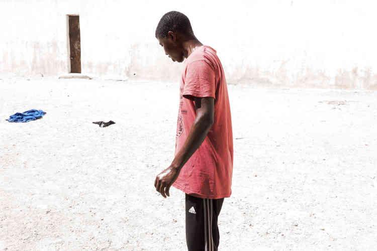 Dans le centre de détention pour migrants de Zaouia. Cet homme vient de s'asperger à partir de l'unique point d'eau du centre destiné aux migrants. L'eau qui sort est non potable, chaude et salée.