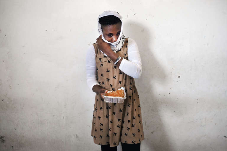 Tracy est Nigériane originaire d'Abuja, elle a 21 ans et est enfermée dans le centre de détention pour migrantes de Sourman depuis six mois. Elle s'est faite arrêtée par les gardes-côtes libyens alors qu'elle tentait la traversée en Italie. Ce centre enferme 230 personnes dont 27 enfants. Les conditions sont difficiles, la nourriture est mauvaise et servie en petite quantité, l'eau est non-potable et salée. Les problèmes majeurs sont le manque d'assistance médicale, le lait et les couches pour les bébés, qui ne sont plus distribuées depuis deux mois. Le 20 juillet 2017 à Sourman.