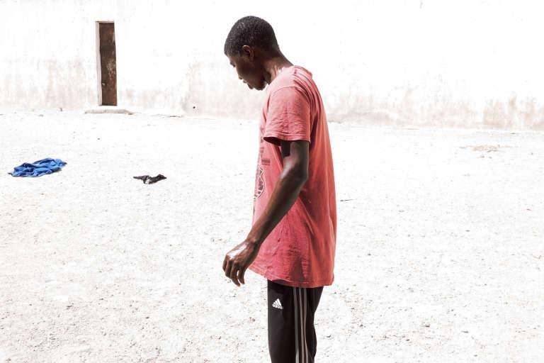 Dans le centre de détention pour migrants de Zaouïa, où 29 hommes, principalement originaires du Darfour, sont enfermés. Cet homme vient de s'asperger à partir de l'unique point d'eau du centre. L'eau qui en sort est non potable, chaude et salée.