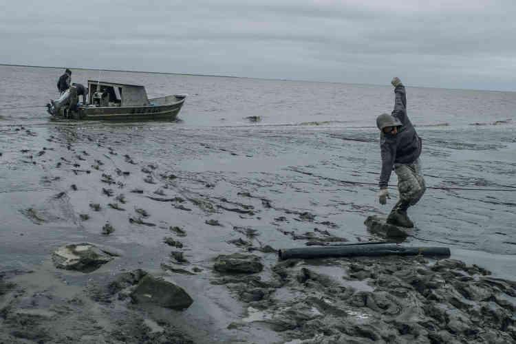 Pauly Andy, sur le rivage de Mertavik sur Nelson Island. C'est sur ce site que la communauté doit être relocalisé. Mais les infrastructures manquent encore, et les nouveaux habitants doivent faire des allers-retours réguliers en bateau, entre l'ancien village et le nouvel emplacement.