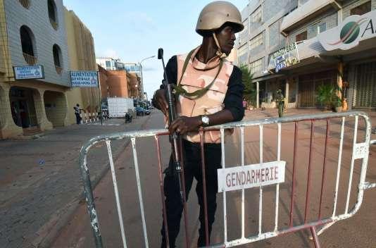 Ouagadougou, le 15 août. Un membre des forces de sécurité, après l'attentatd'un café-restaurant du centre dela capitale du Burkina Faso qui a eu lieu le 13 août.