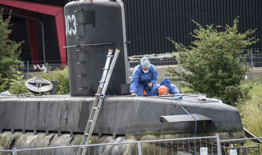 Lors d'investigations de la police sur le sous-marin « Nautilus», à Copenhague, le 14 août.