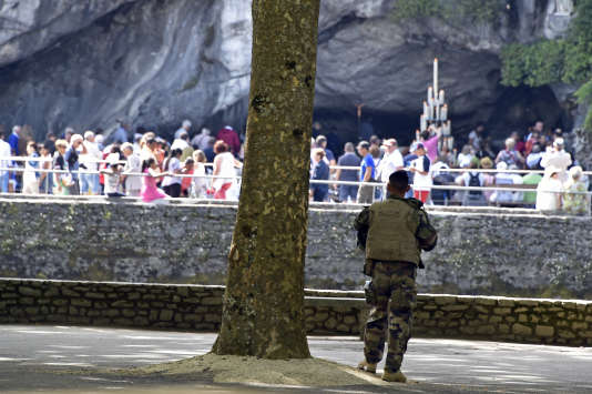 Un soldat français de l'opération«Sentinelle» devant le sanctuaire Notre-Dame de Lourdes, lors du pèlerinage, en août 2016.
