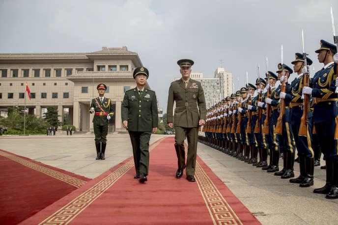 Le chef d'état-major interarmées américain Joseph Dunford, à droite, avec le chef d'état-major chinois, Fang Fenghui, à Pékin, le 15 août.