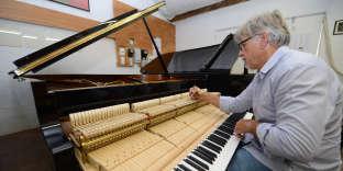 L'accordeur du Festival de La Roque-d'Anthéron, Denijs de Winter, dans son atelier en juillet 2012.