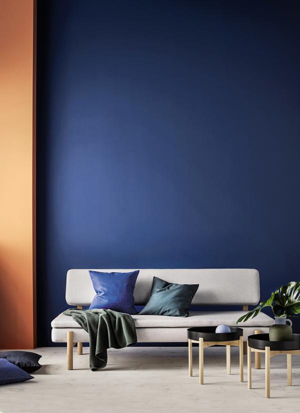 Ikea a choisi le studio HAY pour sa collection phare de l'automne (ici, chaise et canapé Ypperlig).