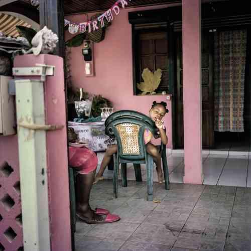 Une fillette dans sa maison de Tartane, sur la côte Atlantique. Meilleur spot de surf de la Martinique, ce village de 3 000âmes se situe sur la presqu'île de la Caravelle, qui recèle aussi une réserve naturelle entre forêt, savane et mangrove.