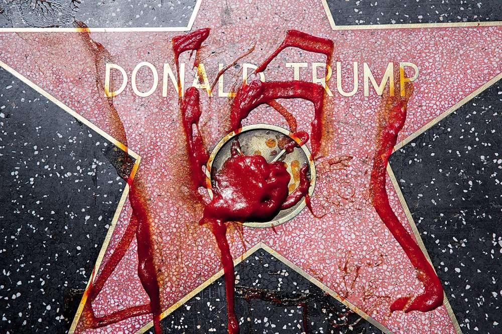 Donald Trump avait obtenu cette étoile en 2007 pour l'émission de télé-réalité « The Aprentice », dont il était le producteur. Pendant la campagne présidentielle, elle a été régulièrement recouverte de ketchup, de mousse à raser ou d'encre.