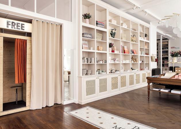 La marque d'abord 100 %Web Sézane a ouvert à Paris une boutique-appartement qui ne désemplit pas.