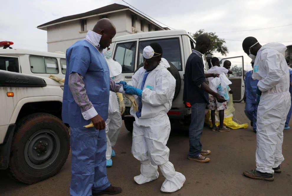 Des secouristes à la morgue centrale de l'hôpital Connaught, à Freetown.Le gouvernement sierra-léonais a vivement recommandé aux membres des familles de venir identifier leurs proches.