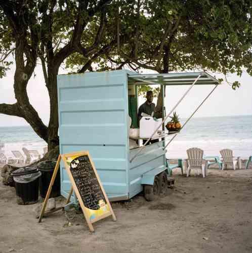 Un kiosque à jus de fruits martiniquais (ananas, papayes, goyaves...), sur la plage du Diamant.