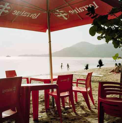 La plage des Salines, sur la côte caraïbe, dans le sud de l'île. Bordée de cocotiers, cette magnifique grève de sable blanc est très fréquentée le week-end par les familles martiniquaises, mais aussi par les « métros », lors des vacances scolaires.