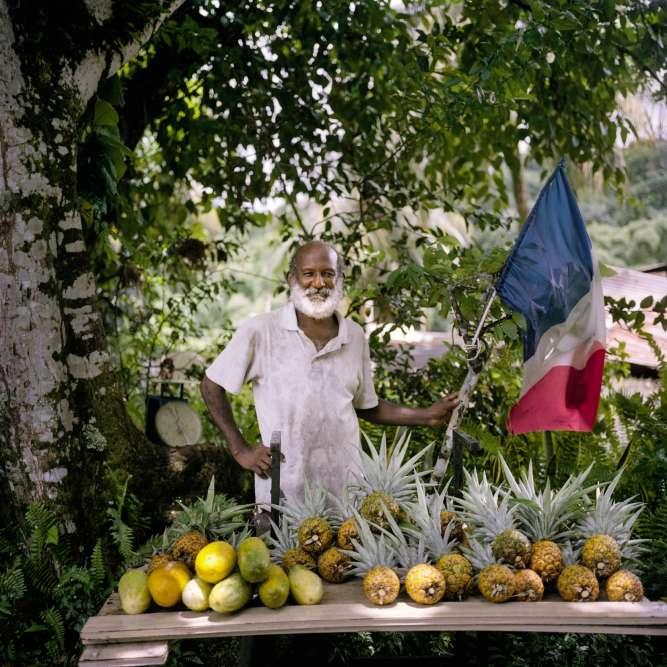 Un vendeur de fruits à la sauvette, sur la route de Basse-Pointe.