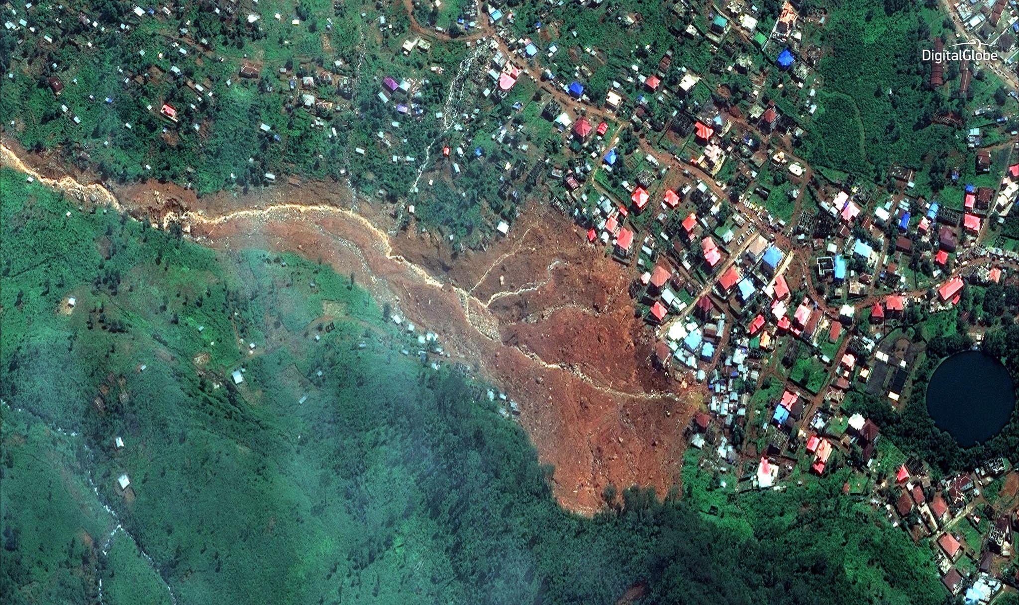 Image satellite de la coulée de boue, à Freetown. Selon la Croix-Rouge locale, plus de 300personnes sont décédées dans la catastrophe. Des responsables de la morgue centrale de la capitale ont de leur côté évoqué le chiffre de 400morts, dont 105enfants.